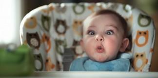 Zábavné zábery kojencov, ktorí si práve plnia plienky
