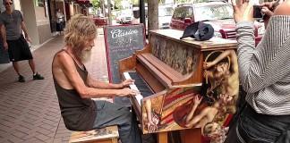 Donald Gould bezdomovec na piane