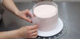 Tortu obalila po obvode bublinkovou fóliou. Čo vytvorila je jednoducho luxusné!