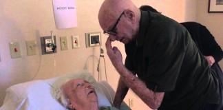 Najkrajšia rozlúčka: 92-ročný deduško spieva svojej milovanej manželke ich obľúbenú pieseň lásky