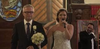 Nevesta cestou k oltáru zaspievala svojmu nastávajúcemu. A všetko to zavŕšil spev jej otca!