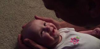 Ocko nežne spieva svojej dcérke o tom, aká je krásna!
