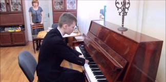 Nenechal sa odradiť ani svojim hendikepom. Na klavíri sa naučil hrať aj napriek tomu, že nemá prsty na rukách